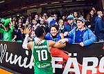 S&ouml;dert&auml;lje 2015-04-10 Basket SM-Semifinal 5 S&ouml;dert&auml;lje Kings - Sundsvall Dragons :  <br /> S&ouml;dert&auml;lje Kings John Roberson jublar med S&ouml;dert&auml;lje Kings supportrar efter matchen mellan S&ouml;dert&auml;lje Kings och Sundsvall Dragons <br /> (Foto: Kenta J&ouml;nsson) Nyckelord:  S&ouml;dert&auml;lje Kings SBBK T&auml;ljehallen Sundsvall Dragons jubel gl&auml;dje lycka glad happy