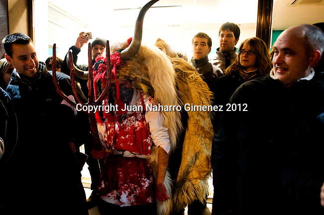 The Momotxorro is a character of unknown origin Alsasua Carnival: is half man and half bull.<br /> <br /> The custom disappeared in the 1930s, and recovered in 1990, although this did not please the old people of the place, as the memory of these characters was linked to stories of looting, theft and even sexual assault.<br /> <br /> It is one of the characters in the Basque carnival more violent and sexual charge: through the streets with his sarde (the gallows) frightening and &quot;attacking&quot; who are in its path, and into people's houses to &quot;loot&quot; inside . Have horns and covered their faces with handkerchiefs or horsehair. They wear a white shirt stained with blood, and sheepskins. They wear blue pants, white socks and sandals. Noise rise bells sewn sheepskin or hung around the waist.