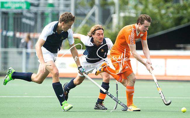 AMSTELVEEN - Neth. -  Seve van Ass  tijdens de interland wedstrijd tussen de mannen van Nederland en Frankrijk (8-1), ter voorbereiding van het EK . midden  Tom Genestet.  COPYRIGHT KOEN SUYK