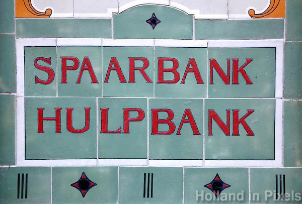 Tegels  bij een voormalige spaarbank in Alkmaar met de tekst Spaarbank Hulpbank