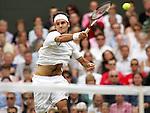 Tennis All England Championships Wimbledon Roger Federer (SUI) spielt eine Vorhand in seinem Finale gegen Andy Roddick.