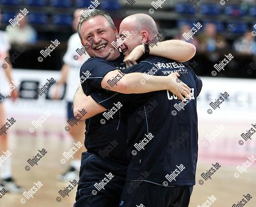 2010-03-21 / Korfbal / seizoen 2009-2010 / Scaldis wint de zaalcompetitie. Vreugde bij de coaches. Rechts Jurgen French..Foto: Mpics