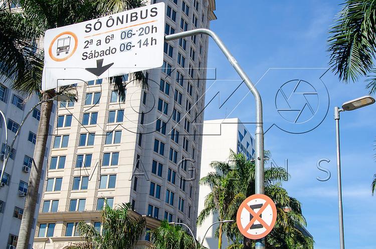 Placa de proibido parar e estacionar e faixa exclusiva de ônibus, São Paulo - SP, 07/2016.