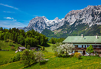 Deutschland, Bayern, Berchtesgadener Land, Ramsau bei Berchtesgaden: Bergbauernhof und Reiter Alpe (Reiter Alm) | Germany, Upper Bavaria, Berchtesgadener Land; Ramsau bei Berchtesgaden: mountain farmhouse and Reiter Alpe (Reiter Alm) mountain range