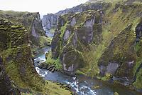 Fjaðrárgljúfur-Schlucht, Fjathrargljufur-Schlucht, Schlucht, Canyon im Süden von Island, durch die Schlucht fließt der namensgebende Fluss Fjaðrá, canyon in south east Iceland