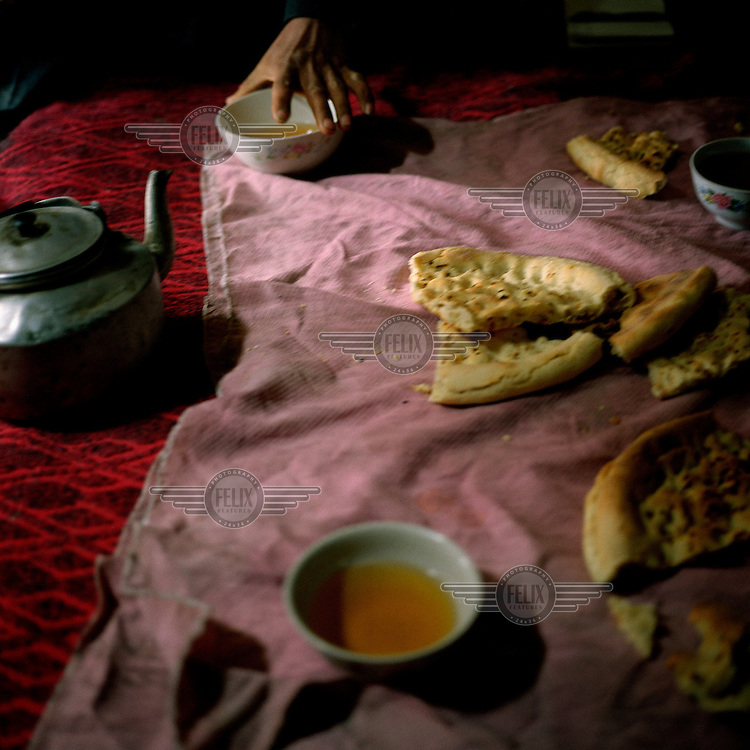 Nenessa, a Uighur woman, invites Yann Mingard into her home for green tea and traditional bread. Walking 850 km in 34 days, he followed in the footsteps of explorers Ella Maillart and Peter Fleming, who travelled part of the Silk Road through Eastern Turkestan in 1935.