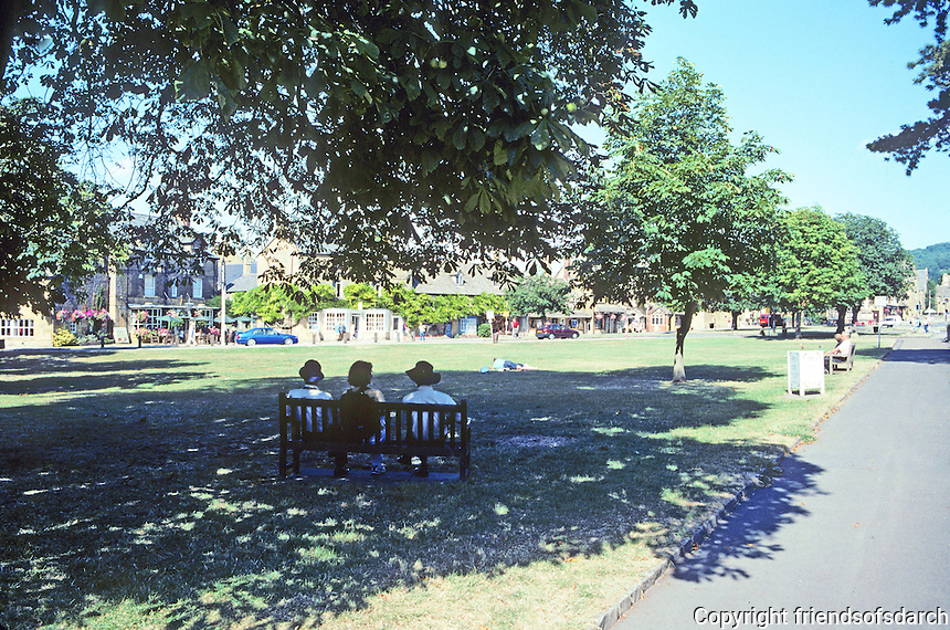 Broadway: Worcestershire. Walking from west to east, up a gentle rise, there is a V-shaped green at the west end. Photo '05.