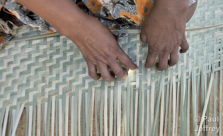 Alejandra Nolasco weaves a mat (petate) in Nahuizalco, El Salvador.