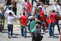 SÃO PAULO, SP, 04.03.2016 - LULA - OPERAÇÃO-LAVA JATO - Manifestação  em frente no Aeroporto de Congonhas, em São Paulo, onde acontece, na Polícia Federal, o depoimento do ex-presidente Luiz Inácio Lula da Silva, nesta sexta-feira, 04, como parte da 24ª fase da Operação Lava Jato. Lula presta depoimento ao delegado de plantão na Polícia Federal que fica no aeroporto. Uma equipe de policiais e delegados de Curitiba também acompanha o depoimento.   (Foto: Vanessa Carvalho/Brazil Photo Press)