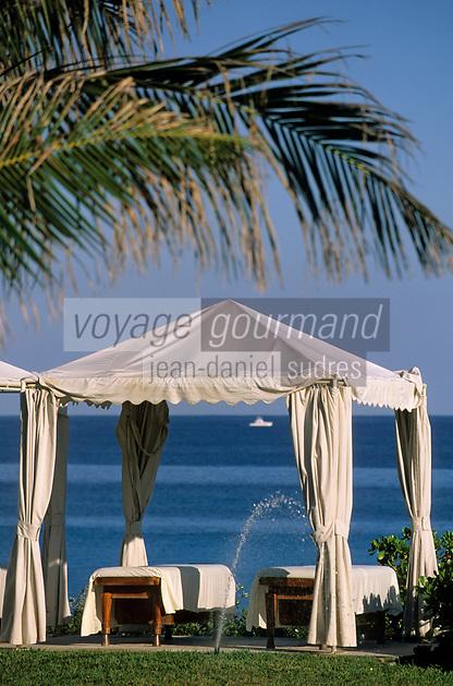 """Iles Bahamas / New Providence et Paradise Island / Nassau: Hotel """"One & Only Océan Club"""" tables et auvents dans le parc"""