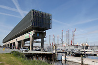 Kraanspoor bij de Marina in Amsterdam. In het gebouw zijn veel bedrijven gevestigd.