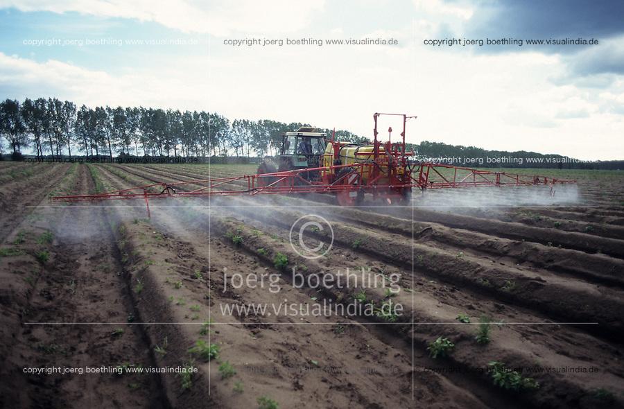 GERMANY, pesticide application in asparagus field in Brandenburg / DEUTSCHLAND, Schaedlingsbekaempfung im Spargelfeld auf Hof Syring in Beelitz