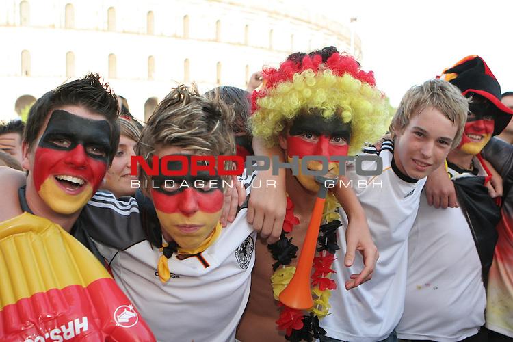 FIFA WM 2006 -  Fan Fest Nuernberg<br /> (Volksfestplatz)<br /> <br /> Viertelfinale: Deutschland - Argentinien<br /> <br /> Deutsche Fans (mit s-r-g geschminkt) feiern vor dem Kolloseum in N&cedil;rnberg. *** Local Caption *** Foto ist honorarpflichtig! zzgl. gesetzl. MwSt.<br /> <br /> Belegexemplar erforderlich