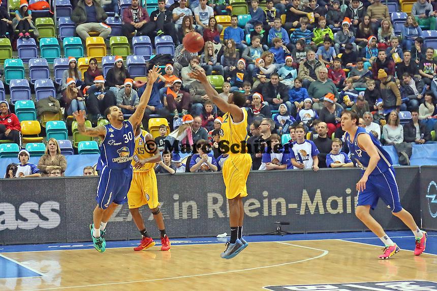 Dru Joyce (Braunschweig) wirft gegen Justin Cobbs (Skyliners) - Fraport Skyliners vs. Loewen Braunschweig, Fraport Arena Frankfurt