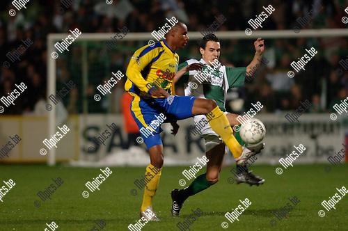 BVB / Westerlo - Racing Mechelen: Jakson Coelho (Westerlo) wordt onder druk gezet door Sammy Abdellah (r)