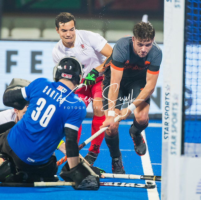 BHUBANESWAR (INDIA) -  Robbert Kemperman (Ned) stuit op keeper David Carter (Can)  tijdens Nederland-Canada (5-0) bij het WK Hockey heren.  COPYRIGHT KOEN SUYK