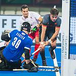 BHUBANESWAR (INDIA) -  Robbert Kemperman (Ned) stuit op keeper David Carter (Can)  tijdens Nederland-Canada (5-0) bij het WK Hockey heren.  COPYRIGHT KOEN SUYK