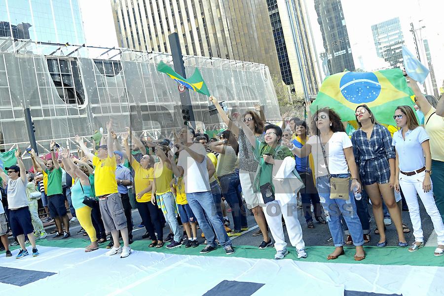 SÃO PAULO, SP, 04.12.2016 - PROTESTO-SP - Manifestantes durante ato contra a corrupção, na Avenida Paulista, na tarde deste domingo, 04. (Foto: Adriana Spaca/Brazil Photo Press)