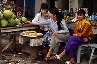 Asie/Vietnam/env d'Halong: au bac de Fa Rung marchandes de noix de coco et de Gâteaux de riz gluant