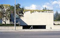 Oakland: Oakland Museum, 10th Ave. side (south). Pedestrian entrance. Kevin Roche, John Dinkeldoo Assoc.