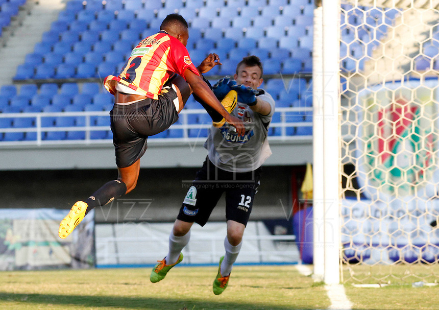 PEREIRA -COLOMBIA-16-11-2014. Michael Balanta (Izq) jugador Aguilas Pereira trata de anotar gol en frente de Leonardo Burian (Der) arquero del Deportes Tolima durante partido por la fecha 1 de los cuadrangulares finales de la Liga Postobon II 2014 jugado en el estadio Hernán Ramírez Villegas de Pereira./ Michael Balanta (L) player of Aguilas Pereira tries to sscore a goal in front of Leonardo Burian (R) goalkeeper of Deportes Tolima during match for the first date of the final quadrangular of the  Postobon League II 2014 played at Hernan Ramirez Villegas of Pereira city.  Photo: VizzorImage / Santiago Osorio /Str