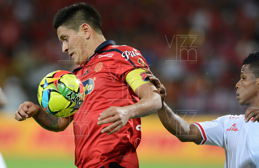 MEDELLÍN -COLOMBIA-24-09-2014. German Cano (Izq) jugador de Independiente Medellín disputa el balón con Michael David Barrios (Der) jugador de Uniautónoma durante partido de la fecha 11 en la Liga Postobón II 2014 realizado en el estadio Atanasio Girardot de la ciudad de Medellín./ German Cano (L) player of Independiente Medellin fights for the ball with Michael David Barrios (R) player of Uniautonoma during the 11th date of Postobon League II 2014 at Atanasio Girardot stadium in Medellin city. Photo: VizzorImage/Luis Ríos/STR