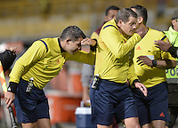 BOGOTA -COLOMBIA, 22-09-2015. German Delfino (ARG) (Der), arbitro, abandona el campo de juego tras el partido de ida entre Deportes Tolima (COL) y Sportivo Luqueño (PAR) por los octavos de final, llave D, de la Copa Sudamericana 2015 jugado en el estadio Metropolitano de Techo de la ciudad de Bogotá./ German Delfino (ARG) (R), referee leaves the field after the first leg match between Deportes Tolima (COL) and Sportivo Luqueño (PAR) for the knockout round of the Copa Sudamericana 2015 played at Metropolitano de Techo stadium in Bogota city. Photo: VizzorImage / Gabriel Aponte / Staff
