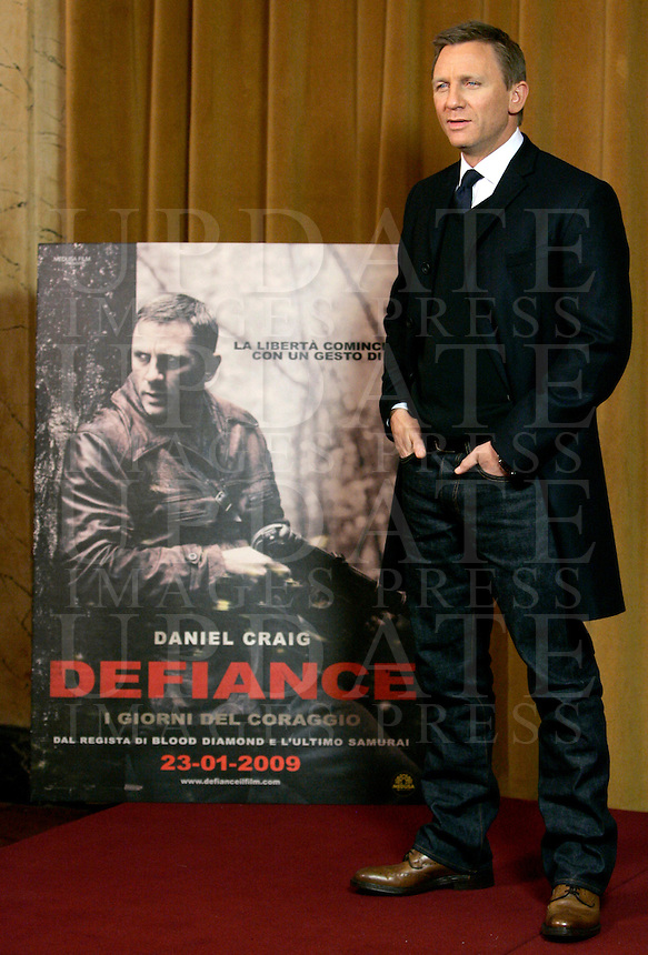"""L'attore inglese Daniel Craig posa durante un photocall per la presentazione del film """"Defiance - I giorni del coraggio"""" a Roma, 19 gennaio 2009..British actor Daniel Craig poses during a photocall for the presentation of the movie """"Defiance"""" in Rome, 19 january 2009..UPDATE IMAGES PRESS/Riccardo De Luca"""
