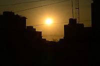SAO PAULO, 19 DE JULHO DE 2012 - CLIMA TEMPO SP - Por do sol na tarde desta quinta feira, na Vila Mariana, regiao central, nesta quinta feira. FOTO: ALEXANDRE MOREIRA - BRAZIL PHOTO PRESS