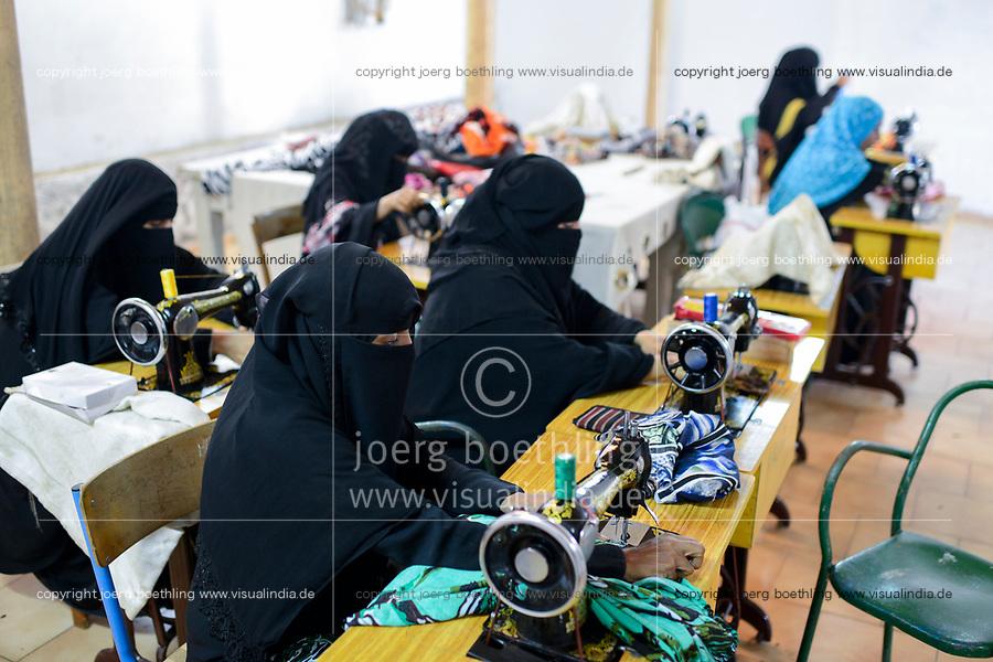 DJIBOUTI , center for yemeni refugees, veiled muslim women in tailoring class / DSCHIBUTI, Betreuungszentrum fuer jemenitische Fluechtlinge, Naehkurs