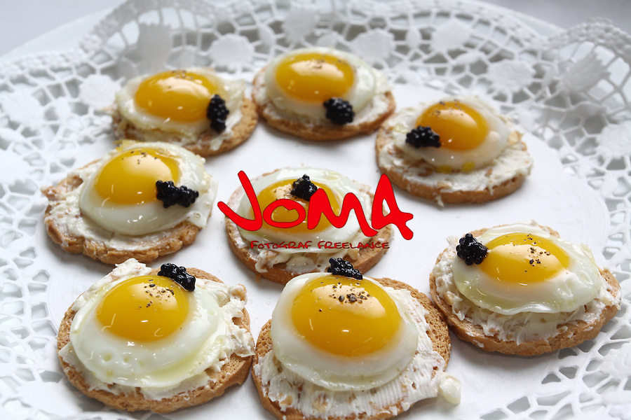 Torradates d'ou de guatlla, Tostada de huevo de codorniz,