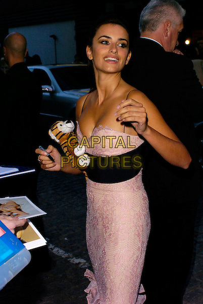 "PENELOPE CRUZ.""Volver"" UK film premiere, Curzon Mayfair, London, UK..August 3rd, 2006.Ref: CAN.half length pink lilac dress black lace stuffed toy tiger cleavage signing autographs.www.capitalpictures.com.sales@capitalpictures.com.©Can Nguyen/Capital Pictures"