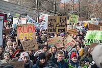 Tausende Schuelerinnen und Schueler streikten am Freitag den 25. Januar 2019 in Berlin unter dem Motto #FridaysForFuture fuer einen Ausstieg aus der Kohlepolitik. &quot;Heute verhandelt die Kohlekomission &uuml;ber den Kohleausstieg, und damit ueber unsere Zukunft. Die Menschen, die heute diese Entscheidungen treffen, werden die langfristigen Folgen ihrer Entscheidungen nicht mehr erleben.&quot;<br /> Im Bild: Kundgebung vor dem Wirtschaftsministerium vor Beginn der Demonstration.<br /> 25.1.2019, Berlin<br /> Copyright: Christian-Ditsch.de<br /> [Inhaltsveraendernde Manipulation des Fotos nur nach ausdruecklicher Genehmigung des Fotografen. Vereinbarungen ueber Abtretung von Persoenlichkeitsrechten/Model Release der abgebildeten Person/Personen liegen nicht vor. NO MODEL RELEASE! Nur fuer Redaktionelle Zwecke. Don't publish without copyright Christian-Ditsch.de, Veroeffentlichung nur mit Fotografennennung, sowie gegen Honorar, MwSt. und Beleg. Konto: I N G - D i B a, IBAN DE58500105175400192269, BIC INGDDEFFXXX, Kontakt: post@christian-ditsch.de<br /> Bei der Bearbeitung der Dateiinformationen darf die Urheberkennzeichnung in den EXIF- und  IPTC-Daten nicht entfernt werden, diese sind in digitalen Medien nach &sect;95c UrhG rechtlich geschuetzt. Der Urhebervermerk wird gemaess &sect;13 UrhG verlangt.]