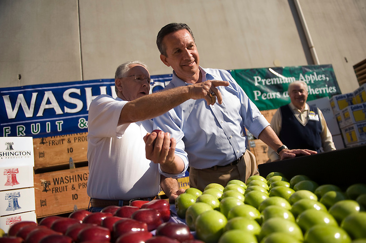 UNITED STATES - OCTOBER 20:  Republican senate candidate Dino Rossi, right, (R) examines apples with Ray Keller, of Apple King, after a news conference at Washington Fruit & Produce Company in Yakima, WA, to discuss apple shipping tariffs.  Rossi is running against Sen. Patty Murray, D-Wash., in the general election.(Photo By Tom Williams/Roll Call via Getty Images)