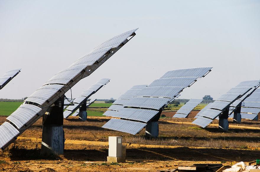 Spanje, Omgeving Sevilla, 30 januari 2008.Zonne-energie. Hectares vol met zonnepanelen om electriciteit op te wekken. Jaarlijkse productie volgens bord: 12.000 MWh..pv panelen, photovoltaische panelen.Foto (c) Michiel Wijnbergh