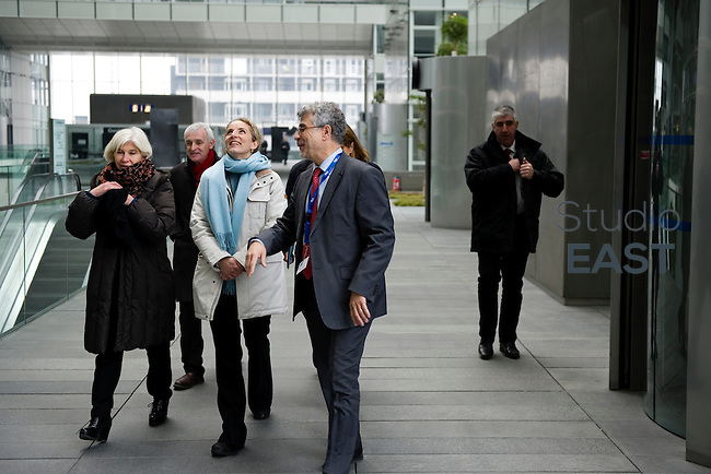 Mme Delphine Batho (centre, parka blanche), ministre de l'environnement et de l'énergie, visite le showroom Recherche et développement de RTE, à Puteaux, près de Paris, France, le 30 mars 2013. Photo : Lucas Schifres