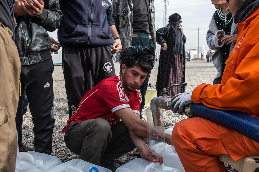 IRAK, Khazer: Men and women of the IDP's camp of Khazer are lining up for the distribution of gaz, the 5th december 2016<br /> <br /> IRAK, Khazer: Des d&eacute;plac&eacute;es du camp de Khazer font la file lors de la distribution de gaz,, le 5 d&eacute;cembre 2016.