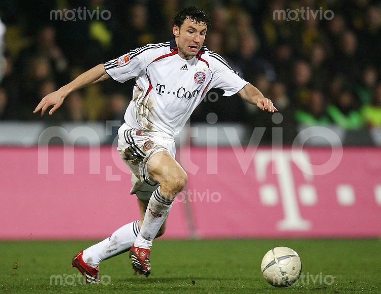 Fussball  DFB-Pokal  Saison 2006/2007 Alemannia Aachen - FC Bayern Muenchen   Mark VAN BOMMEL (FC Bayern Muenchen), Einzelaktion am Ball