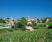 France, Aquitaine, St. Emilion: View of town and vineyards | Frankreich, Aquitanien, St. Emilion: Stadtansicht mit Weinbergen