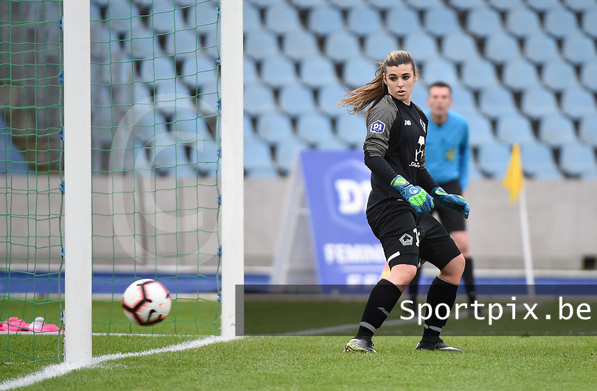 20190113 - LILLE , FRANCE : LOSC's Elisa Launay looking to a penalty kick ending on the bar pictured during women soccer game between the women teams of Lille OSC and Paris Saint Germain  during the 16 th matchday for the Championship D1 Feminines at stade Lille Metropole , Sunday 13th of January 2019,  PHOTO Dirk Vuylsteke | Sportpix.Be