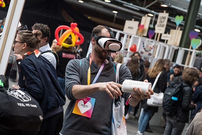 11. re:publica-Konferenz in Berlin<br /> Vom 8. bis 10. Mai 2017 findet in Berlin die elfte re:publica-Konferenz in Berlin unter dem Motto &bdquo;Love Out Loud&ldquo; statt. Die Veranstalter wollen mit dem Motto &bdquo;Love Out Loud!&ldquo; (LOL fuer positiv Denkende) ein &bdquo;Zeichen fuer Engagement und Emanzipation in der digitalen Gesellschaft setzen&ldquo;.<br /> Die Konferenz zum Thema Internet und digitale Gesellschaft bietet auf bis zu 18 Buehnen parallel mehr als 500 Stunden Programm. Ein guter Teil davon dreht sich um netzpolitische Fragestellungen aller Art. Erwartet werden ca. 8.000 Veranstaltungsteilnehmer.<br /> Im Bild: Ein Besucher probiert eine VR-Brille.<br /> 8.5.2017, Berlin<br /> Copyright: Christian-Ditsch.de<br /> [Inhaltsveraendernde Manipulation des Fotos nur nach ausdruecklicher Genehmigung des Fotografen. Vereinbarungen ueber Abtretung von Persoenlichkeitsrechten/Model Release der abgebildeten Person/Personen liegen nicht vor. NO MODEL RELEASE! Nur fuer Redaktionelle Zwecke. Don't publish without copyright Christian-Ditsch.de, Veroeffentlichung nur mit Fotografennennung, sowie gegen Honorar, MwSt. und Beleg. Konto: I N G - D i B a, IBAN DE58500105175400192269, BIC INGDDEFFXXX, Kontakt: post@christian-ditsch.de<br /> Bei der Bearbeitung der Dateiinformationen darf die Urheberkennzeichnung in den EXIF- und  IPTC-Daten nicht entfernt werden, diese sind in digitalen Medien nach &sect;95c UrhG rechtlich geschuetzt. Der Urhebervermerk wird gemaess &sect;13 UrhG verlangt.]