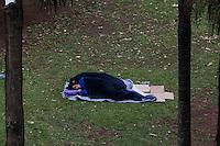 SÃO PAULO,SP, 06.10.2015 - MORADIA-SP - Morador de rua é visto dormindo na grama do Vale do Anhangabaú com temperatura próxima dos 15 graus nesta terça-feira 06. (Foto: Fernando Nascimento/Brazil Photo Press)