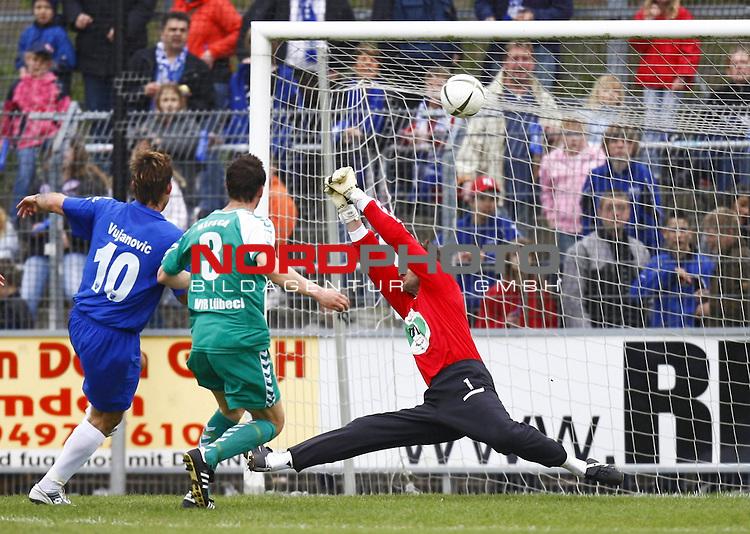 RLN 2007/2008 32. Spieltag  R&uuml;ckrunde<br /> BSV Kickers Emden -  VfB L&uuml;beck<br /> Torwart Achim Hollerieth (VfB L&uuml;beck / Luebeck # 1) h&auml;lt. Links: Radovan Vujanovic (Kickers Emden # 10), daneben: Dietmar Hirsch (VfB L&uuml;beck / Luebeck # 3)<br /> Foto &copy; nph (  nordphoto  )<br /> <br /> <br /> <br />  *** Local Caption ***