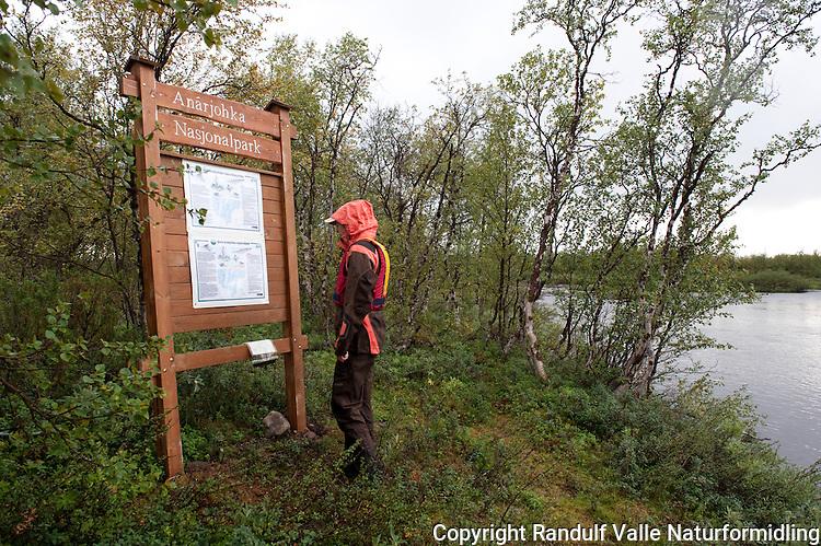 Skilt ved grensa til Øvre Anárjohka nasjonalpark. ---- Information sign at the border of Øvre Anárjohka national park.