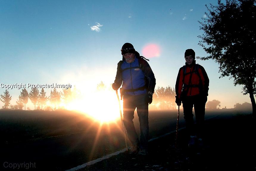 05-11-2010 peregrinos antes de Palas de Rei. foto:Pedro Agrelo