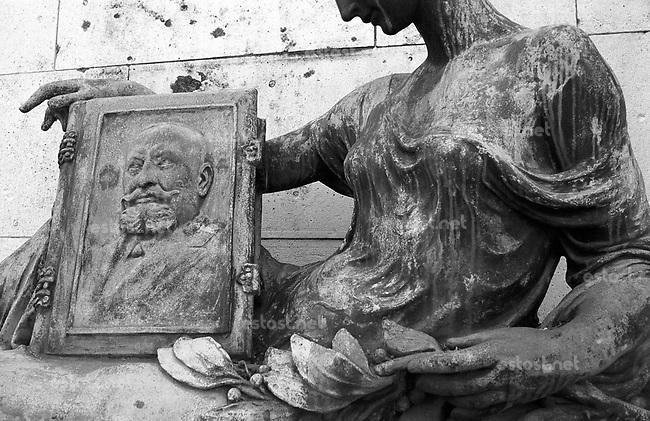 UNGARN, 03.2004<br /> Budapest - VIII. Bezirk<br /> Kerepesi-Friedhof (Nationalfriedhof):<br /> die Erotik der Graeber / Schoene mit aeltlichem Liebhaber<br /> &copy; Martin Fej&eacute;r