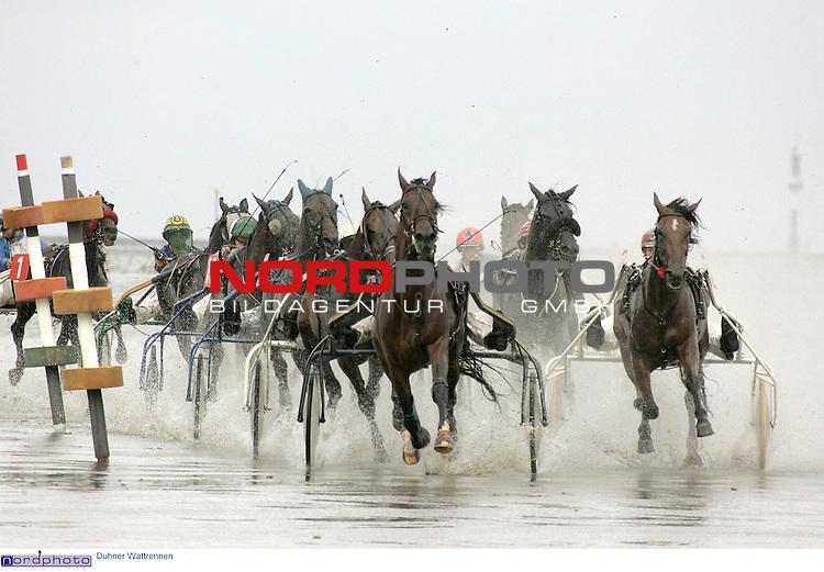 Duhner Wattrennen im Nordseeheheilbad Cuxhaven -Trabrennen auf dem Meeresgrund.<br /> <br /> Fahrer mit ihren Pferden und Sulkys rasen ueber den Rennkurs im Watt vor dem Duhner Strand.<br /> <br /> Foto &copy; nordphoto / Volker Sarbach<br /> <br />  *** Local Caption *** Foto ist honorarpflichtig! zzgl. gesetzl. MwSt.<br /> <br />  Belegexemplar erforderlich<br /> <br /> Adresse: nordphoto<br /> <br /> Georg-Reinke-Strasse 1<br /> <br /> 49377 Vechta