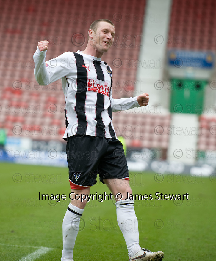 :: ANDY KIRK CELEBRATES AFTER HE SCORES DUNFERMLINE'S FIFTH ::
