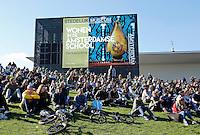 Nederland Amsterdam 2016 05 01. Museumplein. Mensen bekijken een BMX wedstrijd. Op de achtergrond het Stedelijk Museum. Foto Berlinda van Dam / Hollandse Hoogte