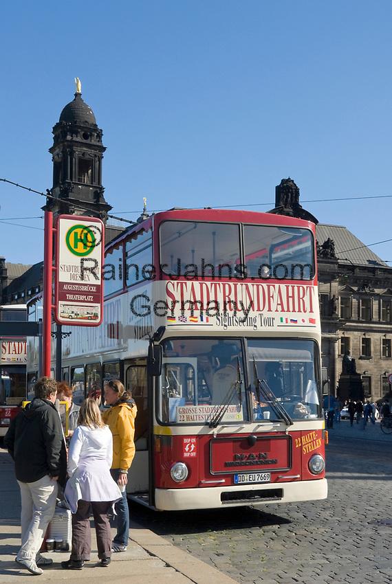 Deutschland, Freistaat Sachsen, Dresden: Bus, Stadtrundfahrt, Haltestelle   Germany, the Free State of Saxony, Dresden: sightseeing tour, city tours, bus stop